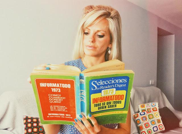 Alejandra Colomera leyendo un libro original del año 1973, llamado Informatodo de Reader's digest
