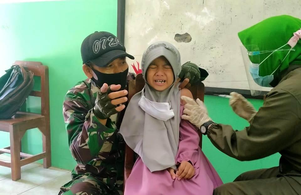 INDES-SOLORAYA-SOSIAL-TNI-POLRI WARNAI BULAN IMUNISASI ANAK SEKOLAH BOYOLALI