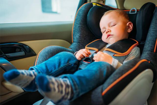 Motorista dirigindo carro com uma criança a bordo