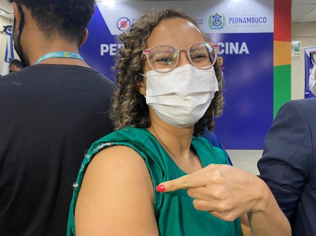 A fisioterapeuta Tatiana Vasconcelos foi vacinada contra a Covid-19, na primeira noite de campanha, no Recife