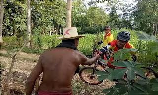 Bersepeda Susuri Perkampungan Salah Satu Cara Brimob Bone Sampaikan Pesan Kamtibmas