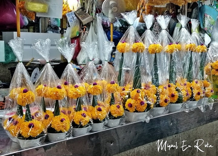 Cestas de flores en el mercado de Bangkok