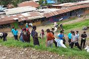 Jaga Kebersihan Lingkungan, Prajurit TNI dan Masyarakat Bersihkan Pasar Tiom