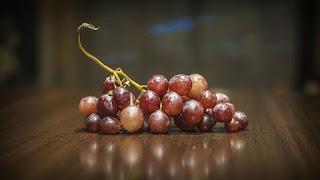 Un feixe de uvas coloradas
