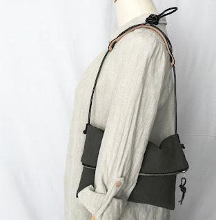 リネンと革のポーチバッグ