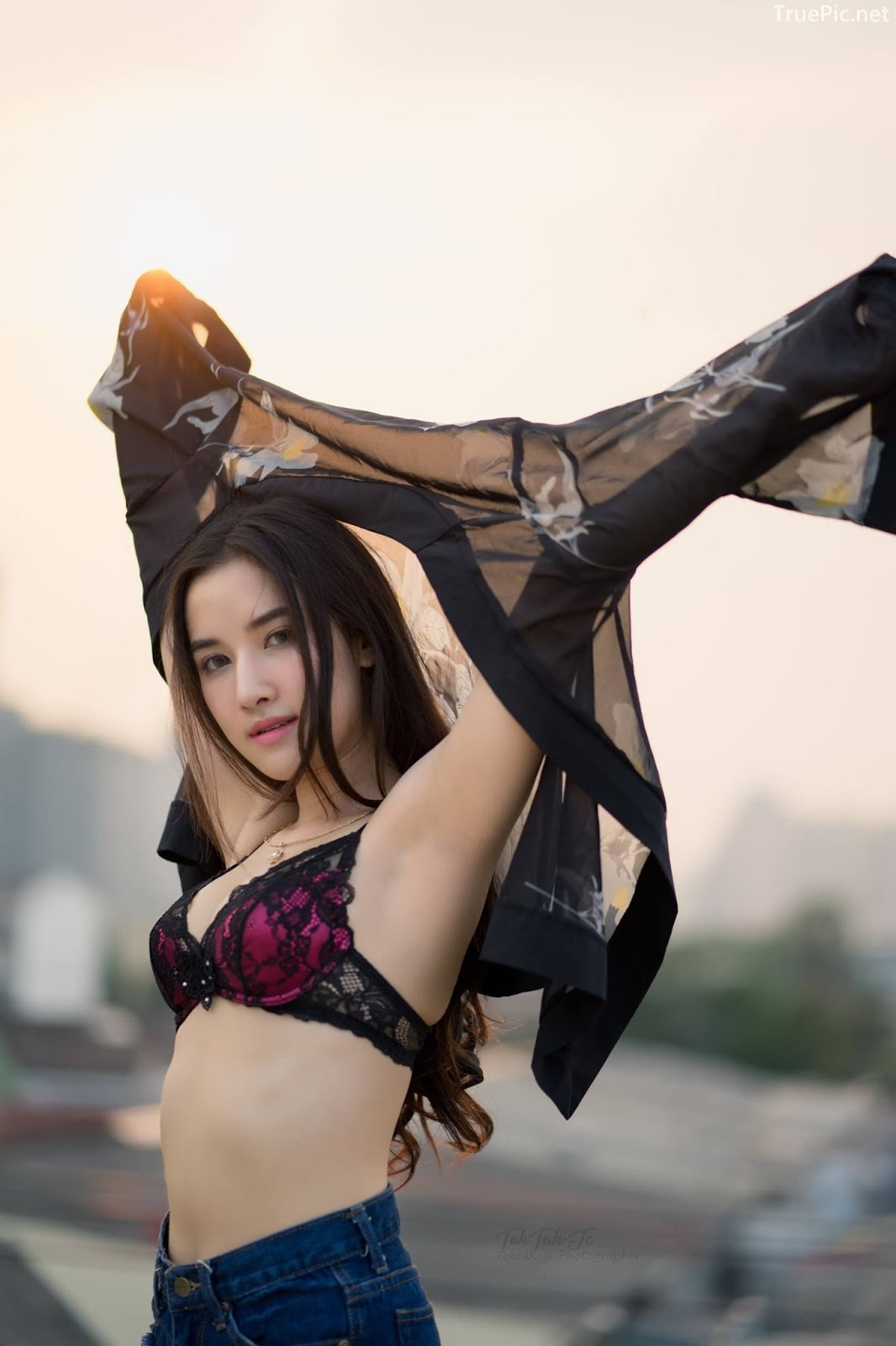Thailand sexy angel Ploywarin Tippakorn - Black-pink bra and jean on sunset - Picture 5