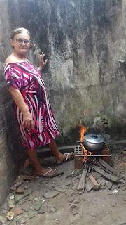 Professora aposentada cozinha comida com fogo a lenha sem salário á três meses em Santa Rita