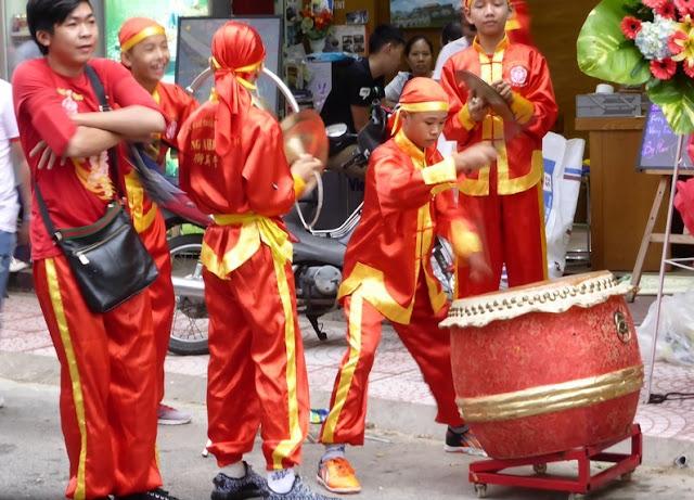 Jóvenes tocando música en un rito de buena fortuna
