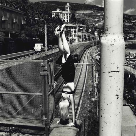 """Gambe pericolose"", spunta a Bordighera una rara foto di Helmut Newton"