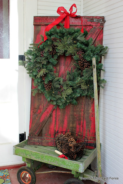 pallets, barn door, Christmas Porch, wreath, rustic decor, https://goo.gl/rH05zO