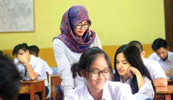 Berpenampilan Bagi Guru Sangatlah Penting, Apalagi Disaat Mengajarkan Materi, Buatlah Siswa Tertarik
