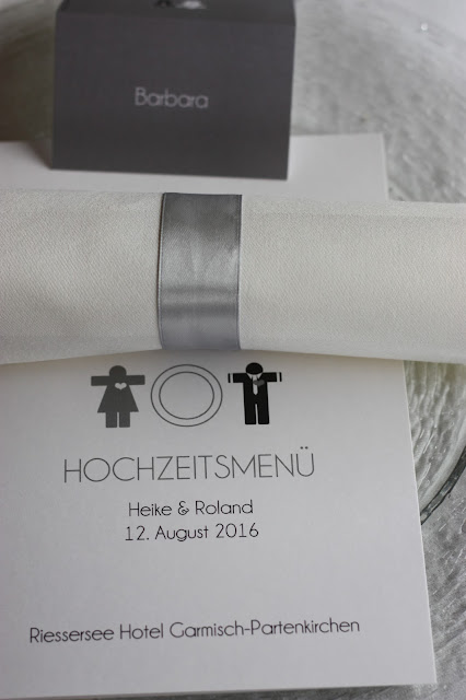 Menükarten Mann Frau die Kartenmacherei - Elegante puristische Hochzeit in Creme und Silbergrau, Mann und Frau, im Riessersee Hotel Garmisch-Partenkirchen, heiraten in Bayern, wedding in grey and ivory in Germany