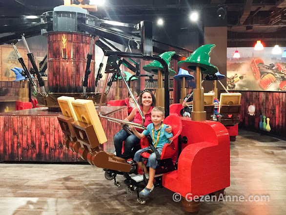 eğlence merkezinde anne çocuk eğlenirken, Legoland İstanbul