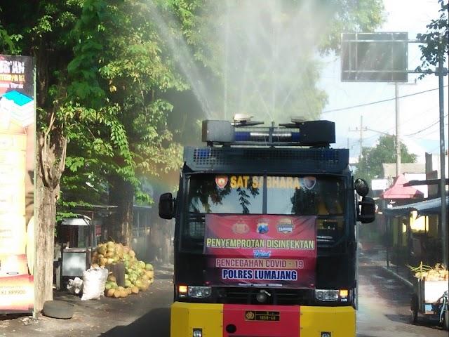 "Polres Lumajang Turunkan Mobil ""Water Canon"" Semprot Jalan Dengan Disinfektan"