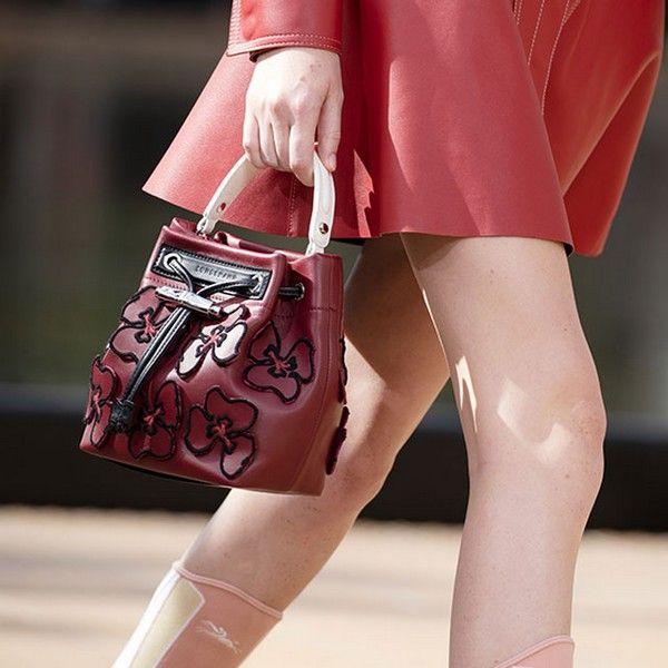 Sac fleur porté main rouge Longchamp Défilé Printemps-Été 2020 New York