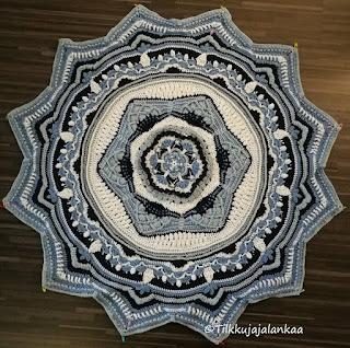 sacred space, virkattu peitto, croched blanket