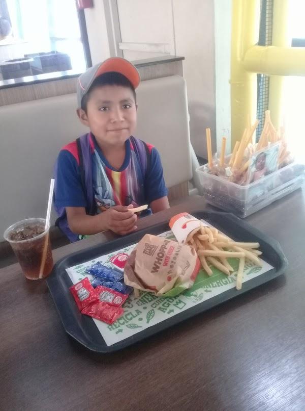 La conmovedora historia de Luis, un niño que vende dulces para ayudar a su hermanito enfermo