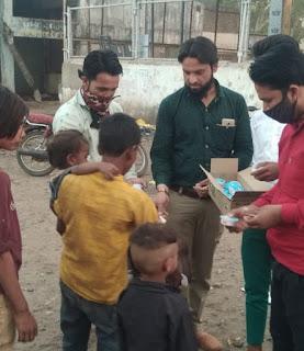 जन्मदिन के अवसर पर गरीब बस्ती में बच्चों को आइसक्रीम एवं बिस्किट वितरित किए