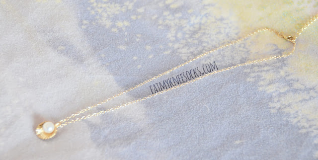 Details on the golden pearl-accent seashell pendant necklace from Born Pretty Store.