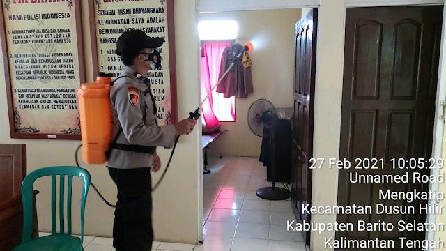 Cegah Covid-19, Personel Polsek Dushil Semprot Disinfektan di Seputaran Mako dan Asrama Polsek
