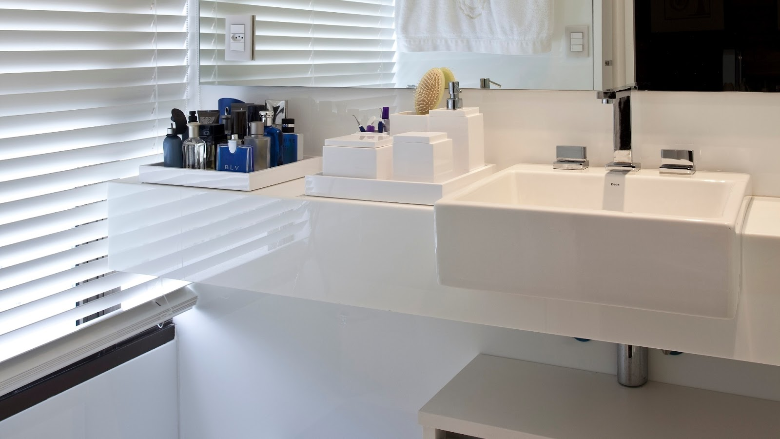 20 Bancadas Brancas de Banheiros/Lavabos Veja Dicas e Decoração #283D69 1600x900 Banheiro Com Bancada