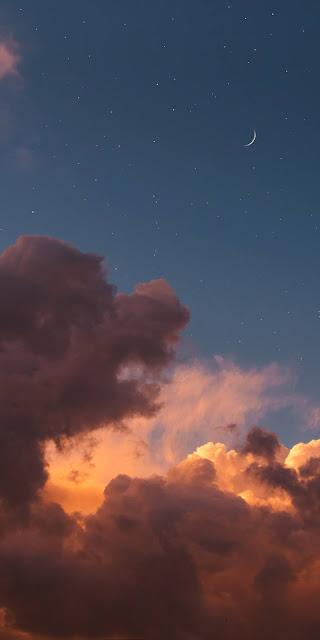 Vẻ đẹp tuyệt trần của ánh trăng khuyết sau hoàng hôn