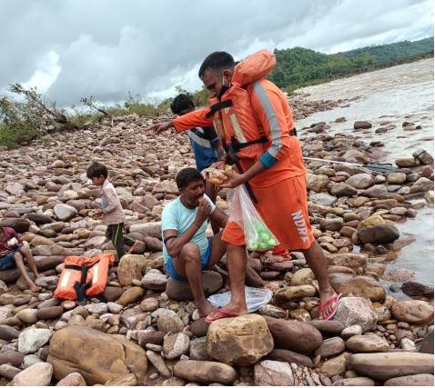 एनडीआरएफ टीम ने भीषण बाढ़ में फंसे एक परिवार की पांच जिंदगियों को बचाया