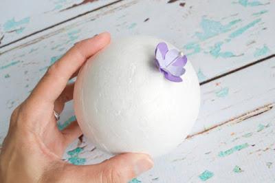 Ghim bông hoa vào quả bóng xốp