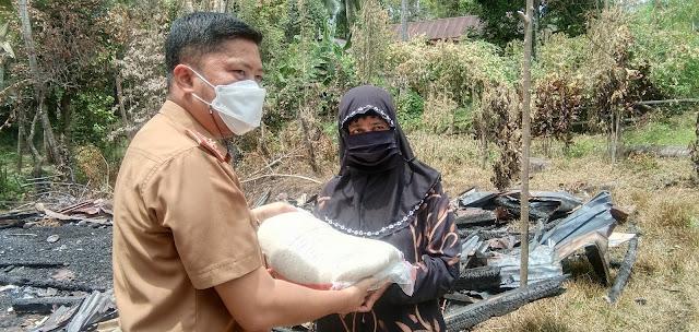 Sambangi Korban Kebakaran di Mattunreng Tellue, Kadis Kominfo Berikan Bantuan