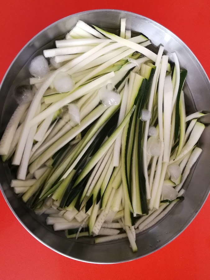 Espaguetis de calabacín en remojo