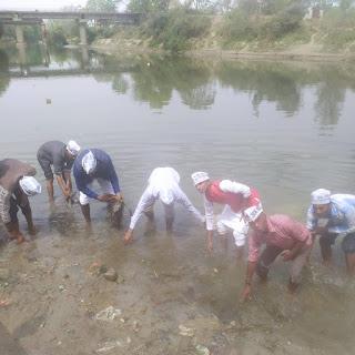 आम आदमी पार्टी कार्यकर्ताओं द्वारा जिले में चलाया जा रहा है सफाई अभियान