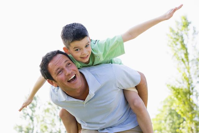 menino brincando com o pai se divertindo