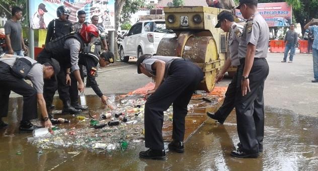 Temuan Razia Malam Tahun Baru, Polres Pangkep Hancurkan 398 Botol Miras
