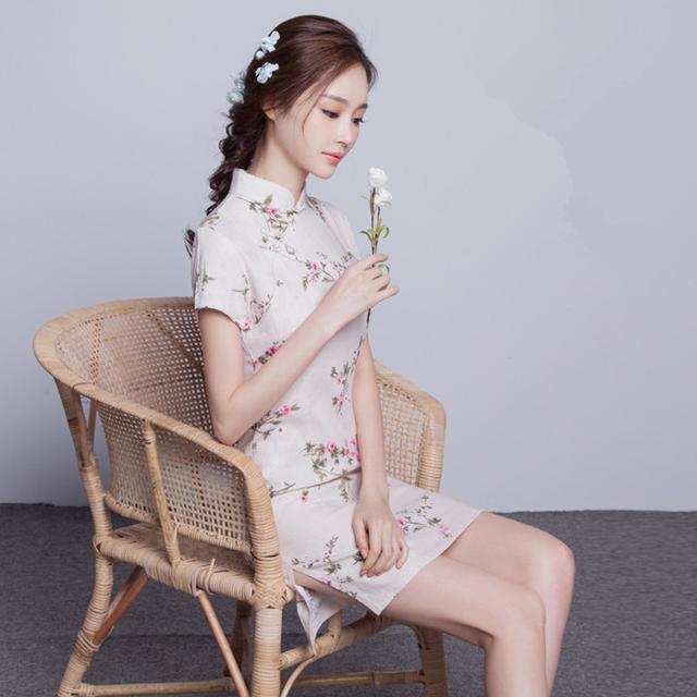 Sườn xám là trang phục truyền thống dành cho phái nữ Trung Quốc. Bạn sẽ bắt gặp nhiều cô gái Trung Hoa xúng xính trong chiếc sườn xám màu đỏ – gam màu vốn được xem là may mắn tại các nước châu Á. Ngoài ra, sườn xám mang họa tiết hoa, họa tiết cung đình cũng rất được ưa chuộng để diện vào ngày Tết.    Sườn xám của Trung Quốc ra đời cách đây hơn 2.000 năm. Vào năm 1930-1940, tại Thượng Hải – kinh đô thời trang Trung Hoa, sườn xám bắt đầu thời kỳ hoàng kim với những cách tân về kiểu dáng. Do chịu ảnh hưởng từ phương Tây, sườn xám không chỉ được cắt giảm gọn gàng hơn mà còn được may ôm sát ở phần eo. Vì thế, phiên bản cách tân này là sự giao thoa của hai nền văn hóa Đông – Tây, vừa đem lại sự trang nhã vừa tôn dáng người mặc. Vào dịp Tết đến Xuân về, sườn xám mang họa tiết hoa, họa tiết cung đình được rất nhiều cô gái ưa chuộng.