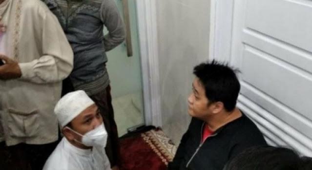 Geger! Pria Bercadar Sholat di Shaf Wanita, Jamaah Curiga dari Suara Keras