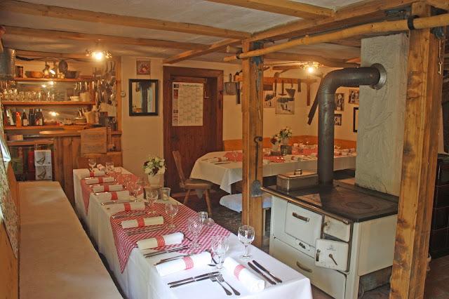 Hochzeitsfeier in einer Hütte in den Bergen am See - Historische Bobkantine am Riessersee an der Olympia-Bobbahn von 1936 - urig-gemütliche Hütte für Feiern aller Art