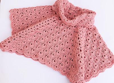Imagen Poncho de abanicos para niña a crochet final.
