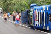 Truk Pengangkut Bantuan Sembako Pemda Purbalingga Terguling di Rembang