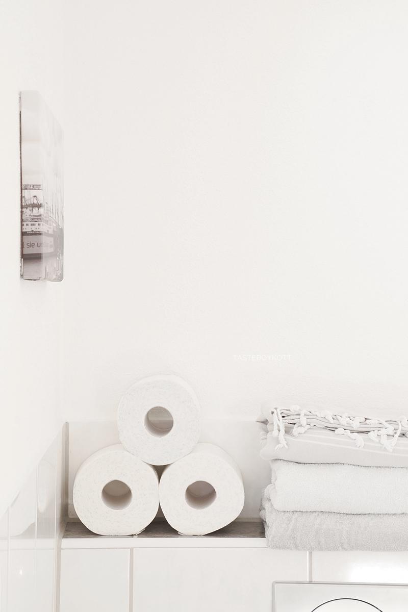 Einblicke ins Bad mit Dekotipps: Weißes Bad wohnlich dekorieren mit Textilien, Souvenirs, frischem Grün und hübschen Alltagsgegenständen. Pyramide aus Toilettenpapier. Tasteboykott.