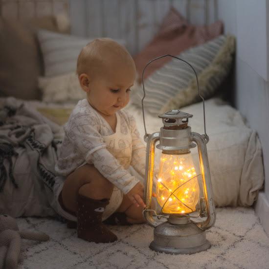 lampa naftowa i dziecko