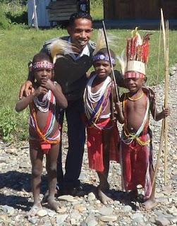 Selembar foto dapat menceritakan banyak kisah Martin Karakabu selama di Papua, Jakarta, dan Pulau Jawa