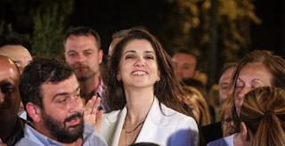 Βίντεο: Ο χορός της Αλεξίας Μπακογιάννη στο εκλογικό περίπτερο του αδερφού της