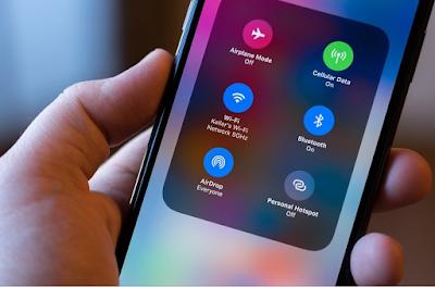 AirDrop Artinya Apa ? – Belakangan ini AirDrop banyak diperbincangkan karena banyak yang penasaran AirDrop artinya apa, fungsi AirDrop untuk apa, dan bagaimana cara menggunakannya di iOS. Nah bagi kamu yang juga termasuk penasaran untuk mengenal AirDrop secara detail silahkan baca penjelasan apa itu AirDrop di artikel ini hingga selesai.  Bagi para pengguna perangkat iOS AirDrop merupakan salah satu fitur yang sangat berguna untuk transfer data berupa gambar, dokumen, video, kontak, atau file lainnya dari suatu perangkat iOS ke perangkat iOS yang lainnya. Tidak dipungkiri fitur AirDrop  ini dapat mempermudah pekerjaan yang dilakukan dengan melibatkan perangkat iOS.  Meskipun sebenarnya AirDrop ini sudah lumayan lama dirilis oleh perusahaan Apple di perangkat iOS hingga saat ini masih menjadi hal menarik untuk dibahas karena pengguna baru perangkat iOS setiap tahunnya selalu bertambah dan kemungkinan besar pengguna beru perangkat iOS belum mengenal AirDrop, begitu juga dengan fungi AirDrop beserta cara menggunakannya.  AirDrop Artinya Apa ? Pertanyaan ini sering sekali muncul ketika baru menggunakan perangkat iOS, bahkan yang sudah lama menggunakan iOS pun masih ada yang bertanya AirDrop Artinya Apa ?. Nah berikut kami berikan penjelasannya…  AirDrop adalah sebuah layanan transfer data dari suatu perangkat iOS ke perangkat iOS yang lainnya yang diperkenalkan oleh perusahaan Apple dengan mempergunakan jaringan WiFi dan bisa juga menggunakan Bluetooth. Menariknya proses transfer data dengan AirDrop ini bisa dilakukan dengan mudah dan aman bagi data yang ditransfer.  Fungsi AirDrop Pada Perangkat iOS Kamu belum tahu apa fungsi AirDrop di perangkat iOS ? Fungsi AirDrop pada HP semacam perangkat iOS sangat beragam yang tentunya ke dalam kategori transfer data, yang perlu diketahui bahwa Fungsi AirDrop pada HP semacam perangkat iOS  bisa kamu pergunakan  untuk mengirim file foto, video, kontak, dan file lainnya. Jadi ketika kamu ingin mengirim atau melakukan transfer data 