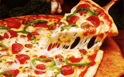 تناول البيتزا