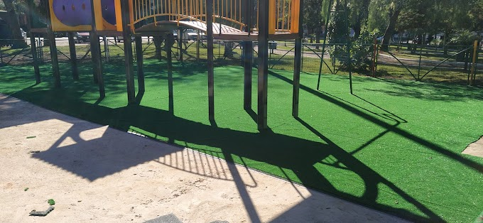 Quedas do Iguaçu: Prefeitura coloca grama sintética no parquinho da praça Pedro Alzides Giraldi