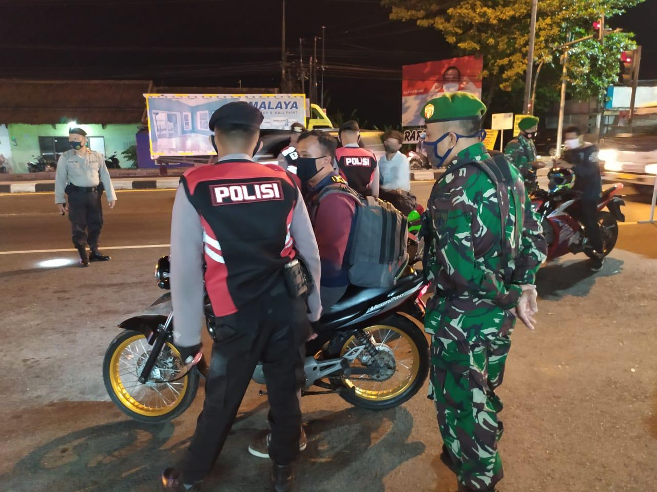 INDES-SOSIAL-TAK PERDULI MALAM HARI TNI-POLRI TETAP OPERASI MASKER