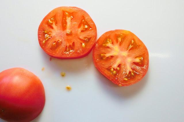 バンズを焼いている間にトマトを薄切りに切っておきます。