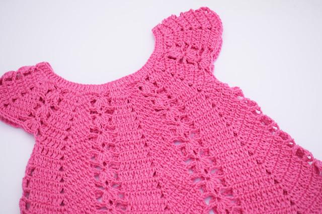 3 - Vestido de verano con puntada de fresas a crochet y ganchillo