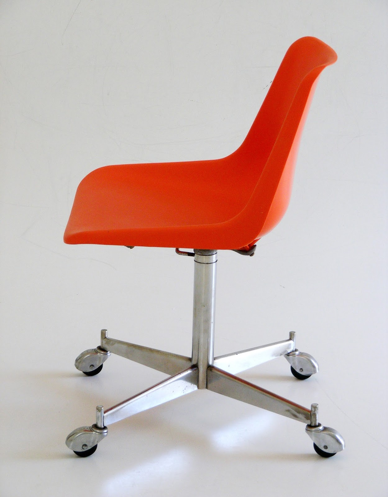 Vamp Furniture A 1960 S Robin Day Swivel Chair By Hille