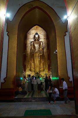 Patung Budha di salah satu Candi di Bagan